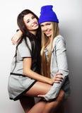 Deux jeune amie se tenant ensemble et ayant l'amusement Photo libre de droits