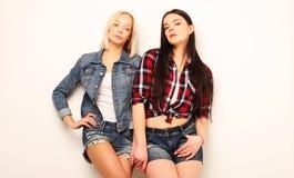 Deux jeune amie se tenant ensemble et ayant l'amusement Photographie stock libre de droits
