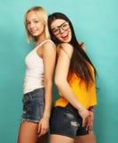 Deux jeune amie se tenant ensemble et ayant l'amusement Au-dessus du bl Photo stock