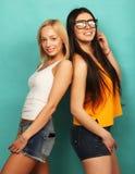 Deux jeune amie se tenant ensemble et ayant l'amusement Au-dessus du bl Photographie stock