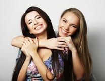 Deux jeune amie se tenant ensemble et ayant l'amusement regarder Image stock