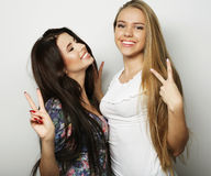 Deux jeune amie se tenant ensemble et ayant l'amusement regarder Photos libres de droits