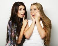 Deux jeune amie se tenant ensemble et ayant l'amusement regarder Photo stock