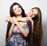 Deux jeune amie se tenant ensemble et ayant l'amusement regarder Photo libre de droits