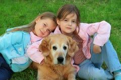 Deux jeune fille et crabot photographie stock