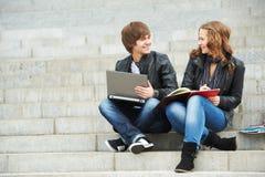Deux jeunes étudiants de sourire à l'extérieur Image libre de droits