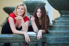 Deux jeunes étudiants sur le campus. Images stock