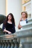 Deux jeunes étudiants sur le campus. Photographie stock