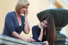 Deux jeunes étudiants sur le campus. Image stock