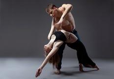 Deux jeunes acrobates posant dans la danse photos stock