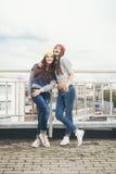 Deux jeunes amie de hippie Images libres de droits