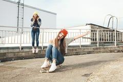 Deux jeunes amie longboarding Images stock