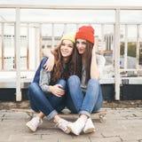 Deux jeunes amie longboarding Image stock