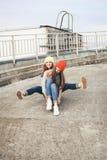 Deux jeunes amie longboarding Photographie stock libre de droits