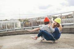 Deux jeunes amie longboarding Photographie stock