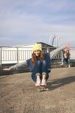 Deux jeunes amie longboarding Photo stock