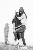 Deux jeunes amie longboarding Photos stock