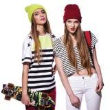 Deux jeunes amies élégantes Photographie stock