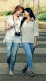 Deux jeunes amies adolescentes de sourire Photographie stock libre de droits