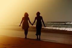 Deux jeunes amies adolescentes de sourire Photo libre de droits