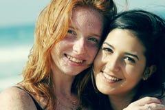 Deux jeunes amies adolescentes de sourire Photos stock