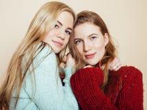 Deux jeunes amies dans des chandails d'hiver à l'intérieur Images libres de droits