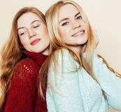 Deux jeunes amies dans des chandails d'hiver ayant à l'intérieur l'amusement Lif Photo stock