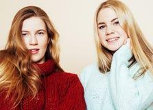 Deux jeunes amies dans des chandails d'hiver ayant à l'intérieur l'amusement Lif Photographie stock libre de droits