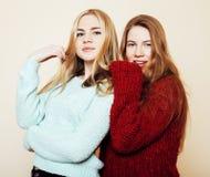 Deux jeunes amies dans des chandails d'hiver ayant à l'intérieur l'amusement Lif Photographie stock