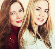 Deux jeunes amies dans des chandails d'hiver ayant à l'intérieur l'amusement Lif Image stock