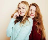 Deux jeunes amies dans des chandails d'hiver ayant à l'intérieur l'amusement Lif Images libres de droits