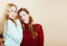 Deux jeunes amies dans des chandails d'hiver ayant à l'intérieur l'amusement Lif Image libre de droits