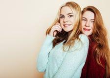 Deux jeunes amies dans des chandails d'hiver ayant à l'intérieur l'amusement Lif Images stock