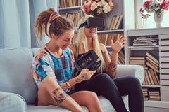 Deux jeunes amies dans des vêtements sport ayant l'amusement Photo stock
