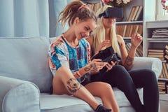 Deux jeunes amies dans des vêtements sport ayant l'amusement Image libre de droits