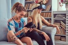Deux jeunes amies dans des vêtements sport ayant l'amusement Photo libre de droits