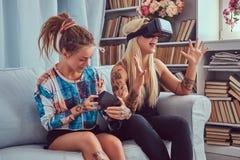 Deux jeunes amies dans des vêtements sport ayant l'amusement Images libres de droits