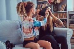 Deux jeunes amies dans des vêtements sport ayant l'amusement Image stock