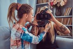 Deux jeunes amies dans des vêtements sport ayant l'amusement Photos libres de droits