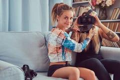 Deux jeunes amies dans des vêtements sport ayant l'amusement Photographie stock