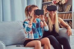 Deux jeunes amies dans des vêtements sport ayant l'amusement Photos stock