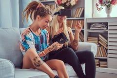 Deux jeunes amies dans des vêtements sport ayant l'amusement Photographie stock libre de droits