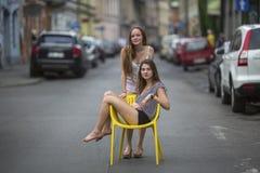 Deux jeunes amies dans la vieille ville européenne Photographie stock libre de droits