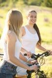 Deux jeunes amies de cycliste Photos libres de droits