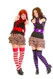 Deux jeunes amies de sourire affichant des pouces vers le haut Image stock