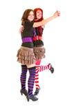 Deux jeunes amies gaies dansant pour l'amusement Image stock