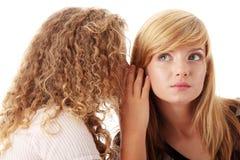 Deux jeunes amies heureuses Image libre de droits
