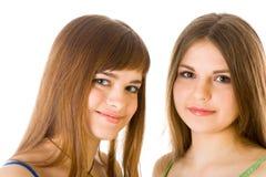 Deux jeunes amies heureuses disant le secret Images stock