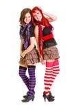 Deux jeunes amies heureuses restant de nouveau au dos Photo libre de droits