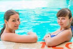 Deux jeunes amies ont un repos Photo stock